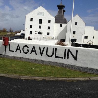 Lagavulin från utsidean, pagodtak, vita stilreana byggnader, blå himmel, vårdag, Lagavulin, Skottland, Storbrittanien