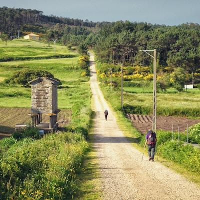 Pilgrimer som går längs vägen av St James, Muxia-Fisterra, Galicia, Spanien