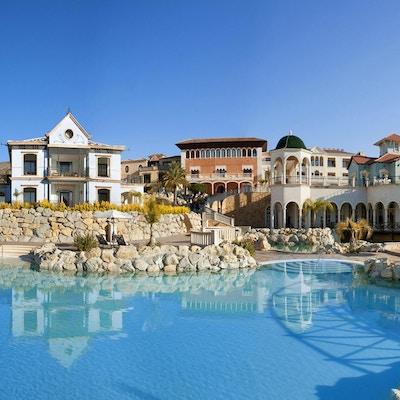 Poolområde inne bland hotellbyggnaderna, Melia Villaitana, Alicante, Spanien