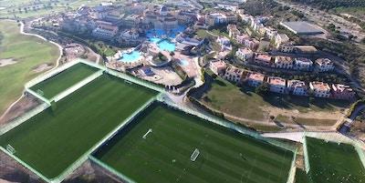 Fotbollsplanerna från ovan med hotellomårådet och golfbana, Melia Villaitana, Alicante, Spain