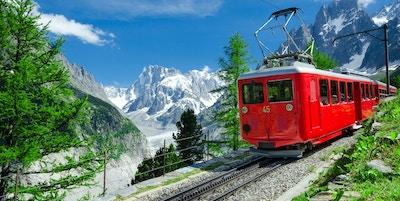 Tåg med Mont Blanc i bakgrunden.