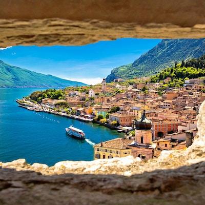 Limone sul Garda-sikt genom stenfönstret från kullen, Gardasjön i Lombardia-regionen i Italien
