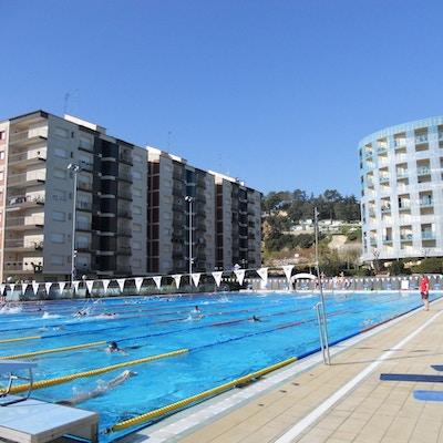 Simmare tränar i utomhus 50-meters bassängen en solig dag, Crol Center Calella, Spanien