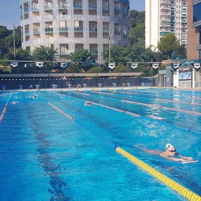 Simträning i utomhus 50-meterspool en solig dag, Crol Center Calella